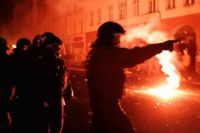 Policiers et émeutiers s'affrontent à Berlin