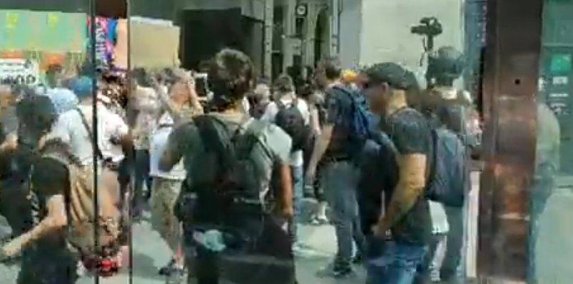 Nantes: un agent des forces de l'odre gaze une femme à vélo