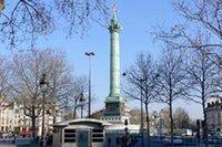 Les drapeaux de la place de la Bastille
