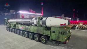 """La Corée du Nord exhibe """"l'arme la plus puissante au monde"""""""