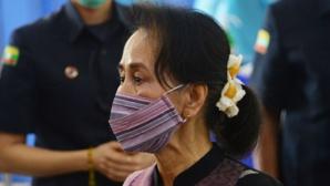 """Aung San Suu Kyi inculpée par l'armée pour """"talkie-walkie et poignées de main"""""""