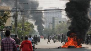 Les manifestations au Myanmar se poursuivent un jour après avoir fait plus de 100 morts