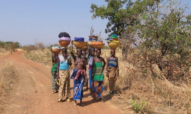 Des femmes au Burkina Faso non loin de leur habitations