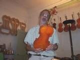 Un Maître Luthier à Aix en Provence: violon et violoncelle-alto.