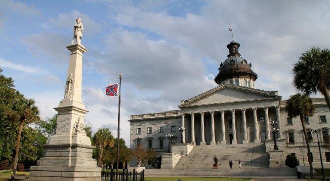 Columbia: le Klu Klux Klan manifeste contre le retrait du drapeau confédéré