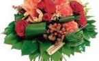 Un voleur braque une banque avec un bouquet de fleurs