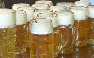 Faits-divers: Merkel douchée à la bière