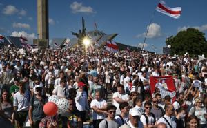Biélorussie: des dizaines de milliers personnes défilent contre le pourvoir