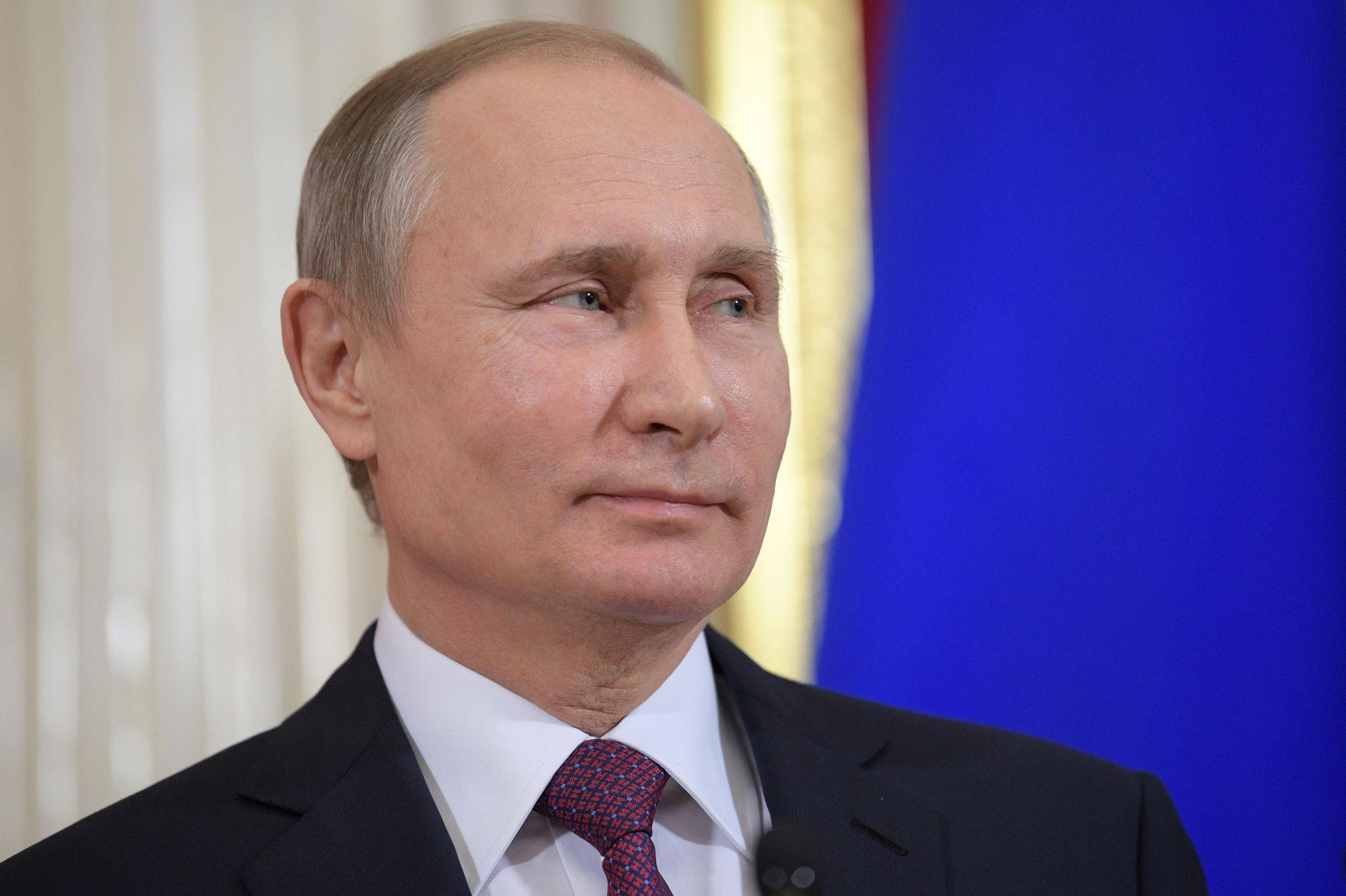 Poutine ignore les manifestants, son principal opposant... et sa candidature